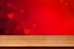 在红色心脏摘要背景的木台式 免版税库存图片