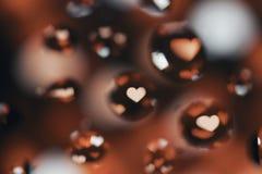在红色心脏的油下落 库存图片