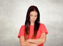在红色打扮的沮丧的深色的女孩 免版税图库摄影