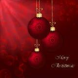 在红色抽象背景的圣诞节球。 免版税库存照片