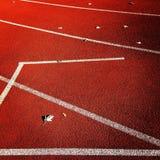 在红色操场的空白线路 免版税库存图片