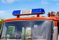 在红色救火车的闪动的蓝色警报器光 库存照片