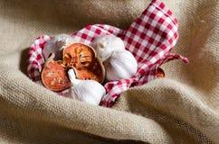 在红色斯科特盖子上把放的干bael茶 免版税库存照片