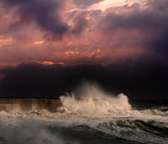 在红色日落之下的风暴 图库摄影