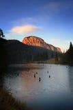 在红色日落的湖 免版税库存图片