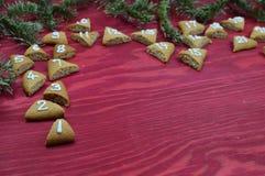 在红色木头的24个被编号的出现曲奇饼 免版税库存图片