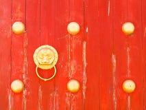 在红色木门的龙门把在Mae Salong小山, Chiang镭 库存照片