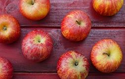 在红色木头的苹果 库存图片