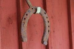 在红色木头的马鞋子 免版税库存照片