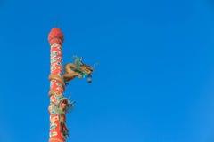 在红色杆的龙根天南星雕象在中国寺庙前面 库存图片