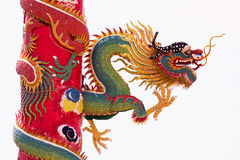 在红色杆附近被包裹的中国龙根天南星 免版税库存照片