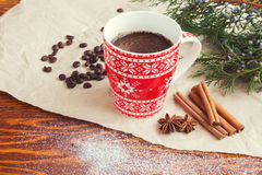 在红色杯子的冬天咖啡 免版税库存照片