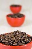 在红色杯子的咖啡豆 库存照片
