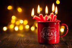 在红色杯子的灼烧的蜡烛 免版税库存照片