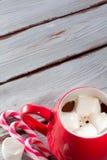 在红色杯子的热巧克力 免版税库存照片