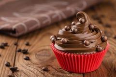 在红色杯子的自创咖啡和巧克力杯形蛋糕 库存照片