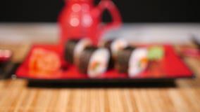 在红色板材的日本寿司有筷子和Souce的 股票视频