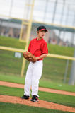 在红色查找的小职业棒球联盟投手。 库存照片