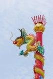 在红色柱子的龙雕象 免版税库存照片
