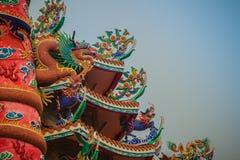 在红色柱子附近被包裹的中国龙五颜六色的雕象 义卖市场 库存图片