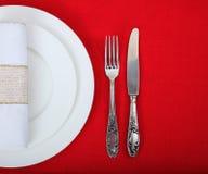 在红色桌布的正式桌设置 免版税图库摄影