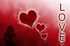 在红色梯度背景的不可思议的星围拢的发光的红色心脏的例证与恋人的一个女性剪影  向量例证