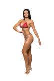 在红色比基尼泳装的美好的健身模型 库存照片