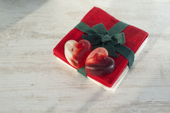 在红色毛巾的华伦泰心脏夫妇红色透亮肥皂 免版税库存图片