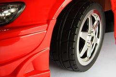 在红色汽车的体育轮胎 免版税库存照片