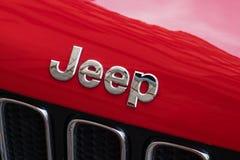 在红色汽车的吉普商标 免版税库存照片