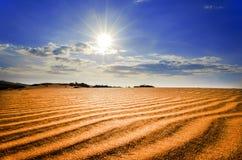 在红色沙丘下的热的太阳。 免版税图库摄影