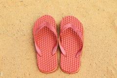 在红色沙子的凉鞋 免版税图库摄影