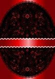 在红色波浪透雕细工花卉卵形框架的缎红色丝带 免版税库存照片