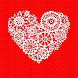 在红色浪漫贺卡,传染媒介背景的白色钩针编织鞋带花心脏 库存照片