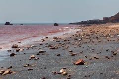 在红色海滩的银色沙子在Hormuz海岛伊朗上 免版税库存照片