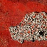 在红色混凝土墙的孔 图库摄影