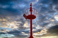 在红色灯塔监视的日落 免版税库存照片