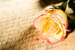 在红色玫瑰书面黄色的现有量信函 库存图片
