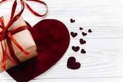 在红色玫瑰色华伦泰白色的概念重点 在丝毫的时髦的当前箱子和天鹅绒心脏 免版税库存照片