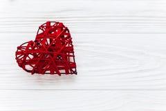 在红色玫瑰色华伦泰白色的概念重点 在白色木背景的时髦的心脏 机会 免版税库存图片
