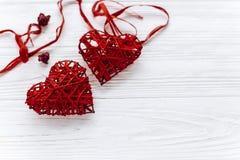 在红色玫瑰色华伦泰白色的概念重点 在白色木背景的时髦的心脏 Ha 库存照片