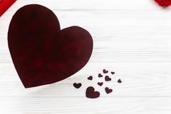 在红色玫瑰色华伦泰白色的概念重点 在白色木backgro的时髦的天鹅绒心脏 库存图片