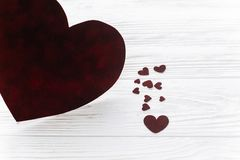 在红色玫瑰色华伦泰白色的概念重点 在白色木backgro的时髦的天鹅绒心脏 免版税库存图片