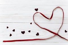 在红色玫瑰色华伦泰白色的概念重点 在白色木backgrou的时髦的丝带心脏 库存图片