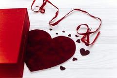 在红色玫瑰色华伦泰白色的概念重点 在白色的时髦的当前箱子和心脏玫瑰 库存照片