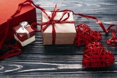 在红色玫瑰色华伦泰白色的概念重点 在blac的时髦的红色礼物和心脏丝带 免版税库存照片