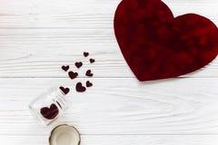 在红色玫瑰色华伦泰白色的概念重点 时髦的天鹅绒心脏和玻璃在白色w刺激 库存照片