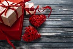 在红色玫瑰色华伦泰白色的概念重点 时髦的红色礼物和两条心脏丝带 库存图片