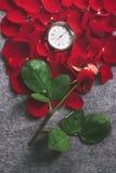在红色玫瑰花瓣的葡萄酒口袋时钟 免版税库存照片