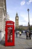 在红色电话附近的本大配件箱 图库摄影